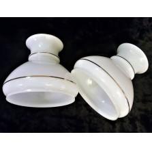 2 szklane klosze w białym kolorze