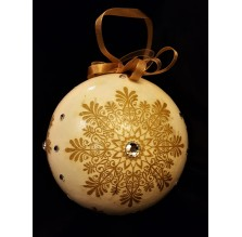 Złota bombka ze śnieżynką. Ręcznie robiona.