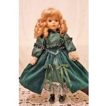 Duża porcelanowa lalka w sukience z zielonego aksamitu