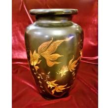 Czarny wazon pokryty laką
