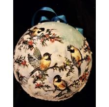 Biała bombka ze śniegiem i ptaszkami. Ręcznie robiona.