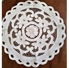 Okrągła serwetka z haftem Richelieu