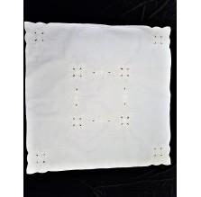 Kwadratowy biały obrus z haftem Richelieu. Obrus nr 10