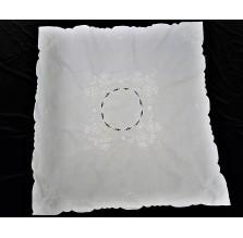 Biały obrus z haftem Richelieu. Obrus nr 22