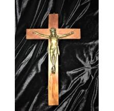 Stary, duży drewniany krzyż. Dewocjonalny.