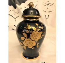 Kobaltowy wazon z wieczkiem. Złote róże
