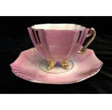 Różowa filiżanka mokka na nóżkach